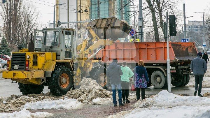 Zeci de utilajele de deszăpezire au intervenit pe drumurile din Capitală