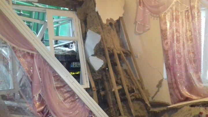 Vremea rea provoacă accidente. Un camion a derapat și a ajuns în sufrageria unei case din Cahul (FOTO)