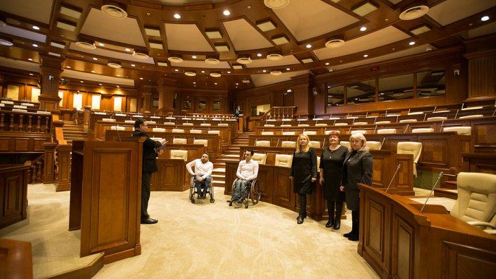 Tineri cu dizabilități, susținuți de Președintele Parlamentului. De ce surprize au avut parte (FOTO)