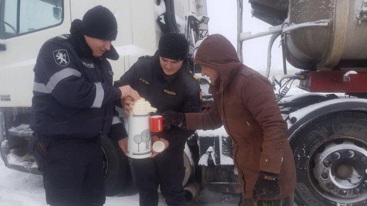 Poliţia de Patrulare alături de şoferii Chişinăului. Ceai cald şi recomandări pe vreme de criză