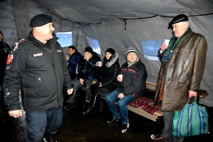 Carabinierii au amenajat un cort la intersecția străzilor Hânceşti şi Academiei pentru populație