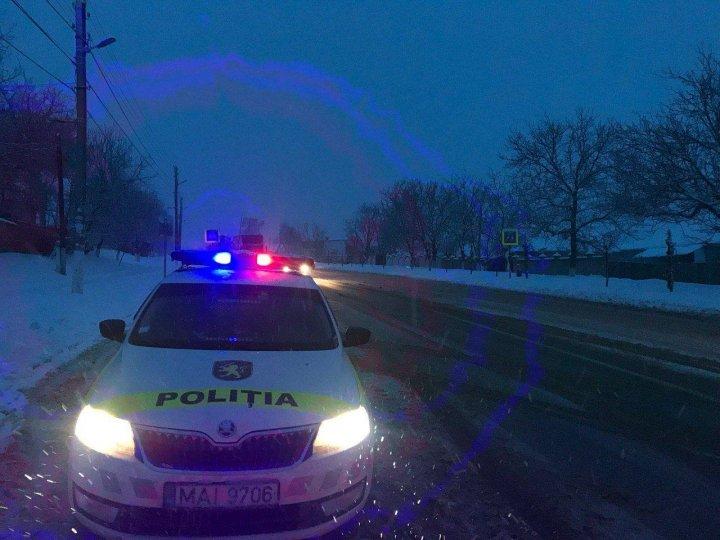 Bilanţul INP: Cinci accidente rutiere grave, soldate cu ŞASE persoane au fost răniţi. Mai mulţi şoferi blocaţi pe drum au primit ajutor