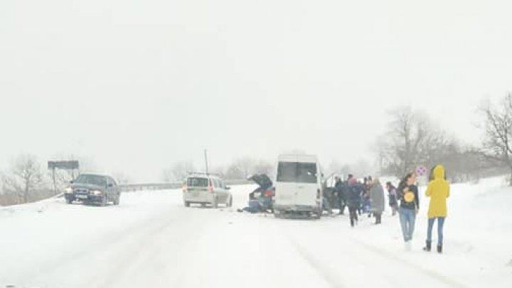 Un microbuz PLIN CU PASAGERI, lovit violent de o maşină în apropiere de Chiperceni. Trei persoane, transportate de urgenţă la spital (FOTO)