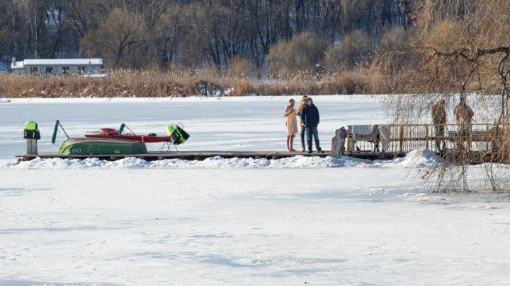 Tradiţii şi obiceiuri de Bobotează: Bărbaţii au făcut scufundări în lacul Valea Morilor ca să scoată crucea din apă (GALERIE FOTO)