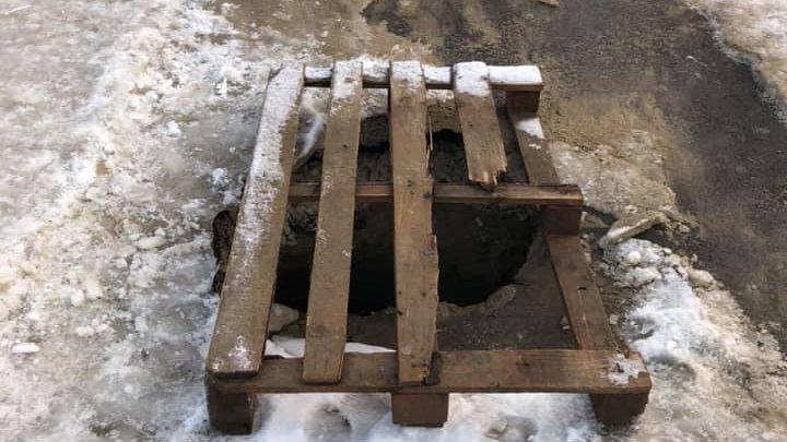 CRATER URIAŞ în Capitală: O gaură în asfalt periclitează deplasarea pe trotuar (FOTO)