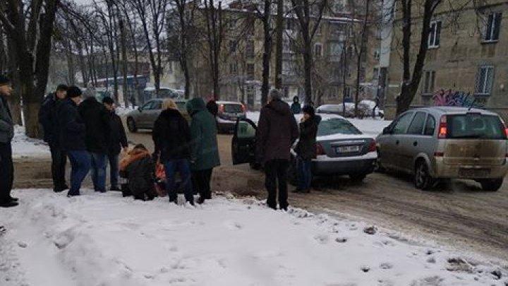 Accident la Botanica! O fetiță de nouă ani a fost lovită de o mașină pe trecerea de pietoni (FOTO)