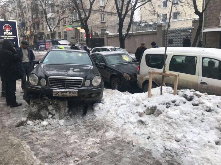 """Şoferii nerăbdători plătesc scump. """"Sărutul"""" a două maşini de lux din Capitală (FOTO)"""