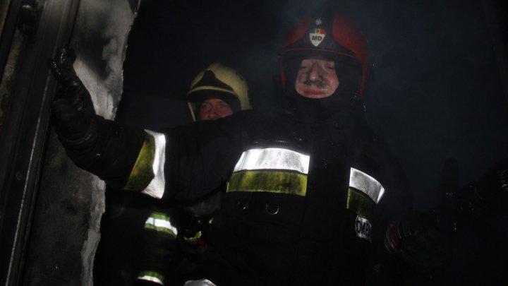Pompierii au intervenit pentru a stinge un incendiu izbucnit într-un depozit de plastic din Bubuieci (VIDEO)