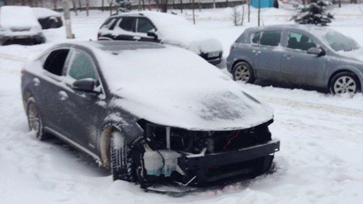 Încă un furt suspect în Capitală. Au furat bara din față a unei mașini cu tot cu faruri (FOTO)
