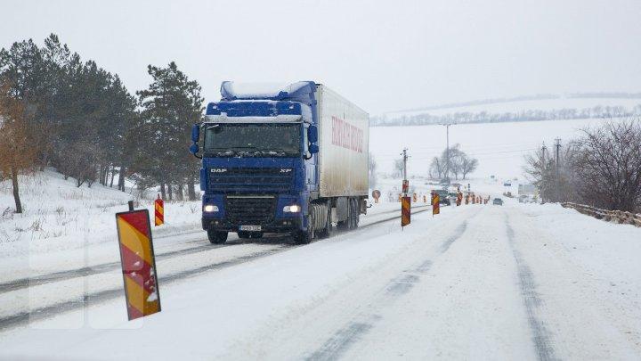 ATENȚIE ȘOFERI! Vremea rea a pus stăpânire pe toată țara. Cum se circulă la această oră pe drumurile naționale (FOTO)