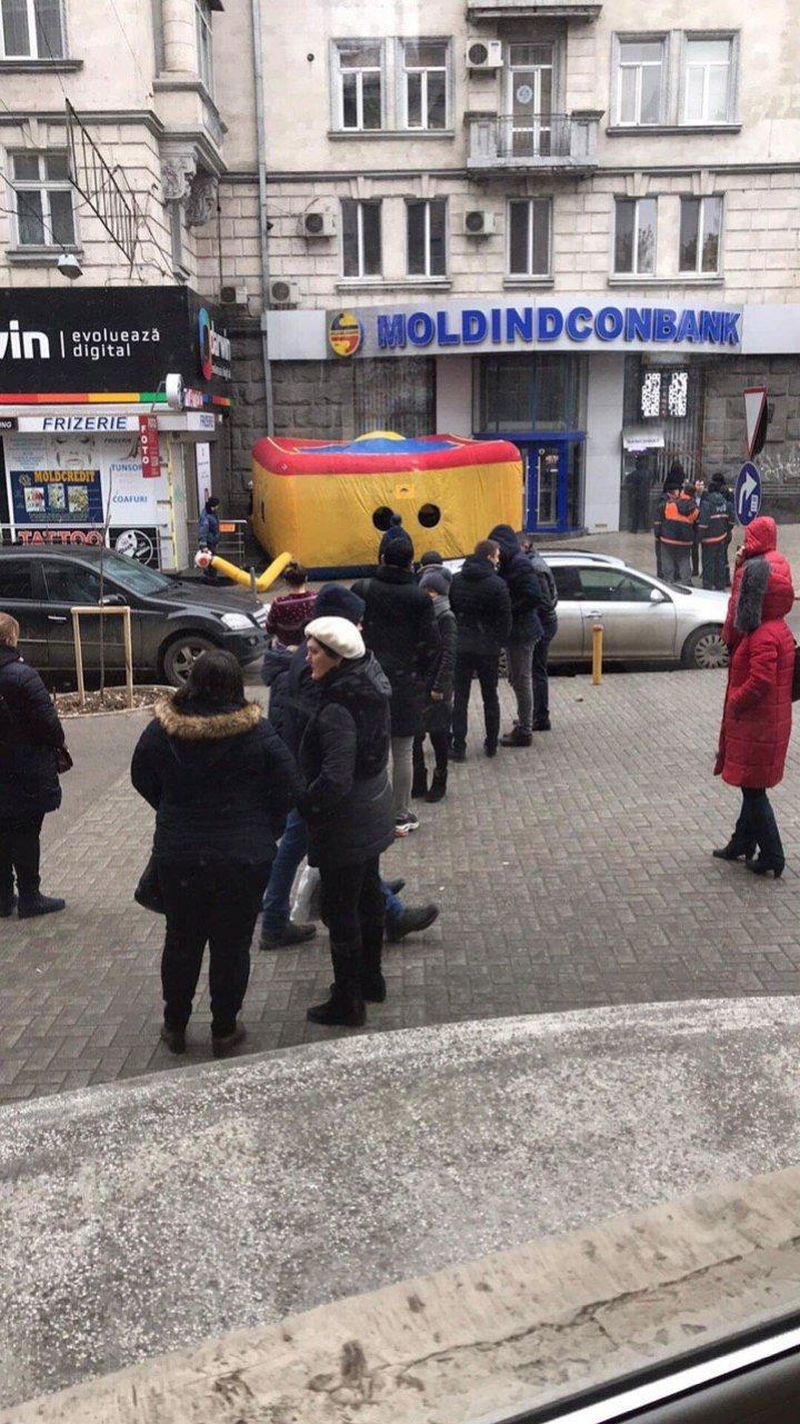 ALERTĂ în centrul Capitalei. O persoană amenință că se aruncă de pe o clădire (FOTO)