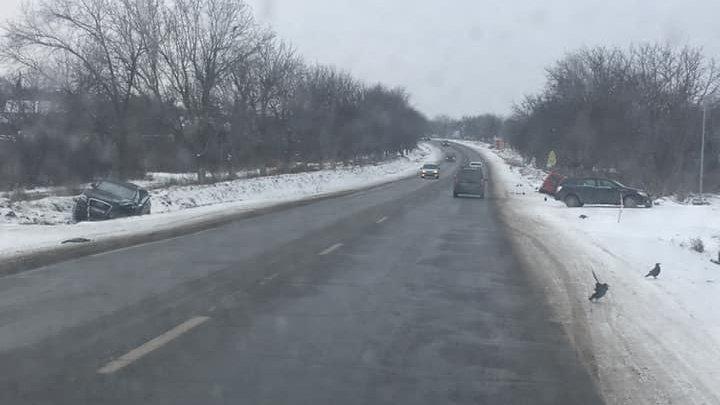 ACCIDENT GRAV pe o şosea din Drochia. Două maşini au ajuns în şanţ (FOTO)