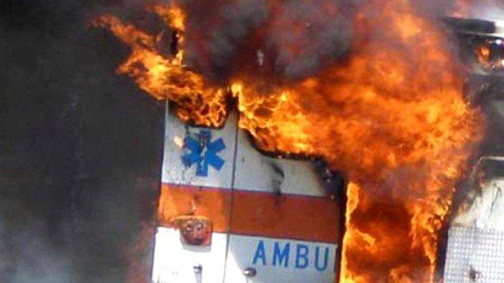 O ambulanță care tocmai revenise dintr-o misiune a luat foc. Care este motivul