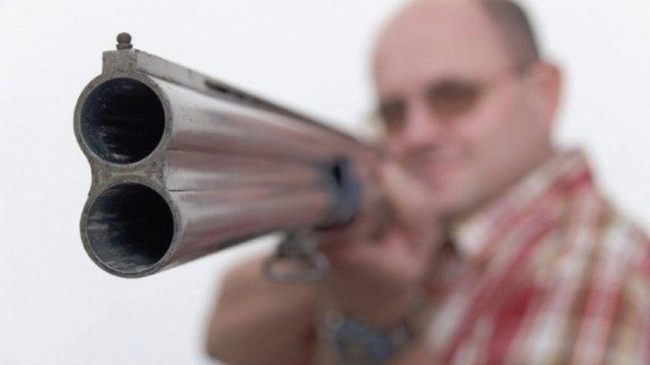A uitat unde a pus banii. Un bărbat din Străşeni a vrut să-și împuște vecina pentru 3.000 de lei