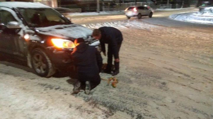"""Cinci """"îngeri ai zăpezilor"""", în acțiune la Bălți. Au ajutat şoferii, blocaţi în nămeţi (FOTO)"""