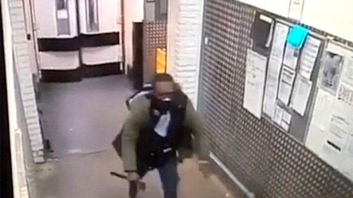 SCENĂ ŞOCANTĂ: Un bărbat a intrat cu un topor în supermarket şi a fugărit toţi angajaţii şi clienţii (VIDEO)