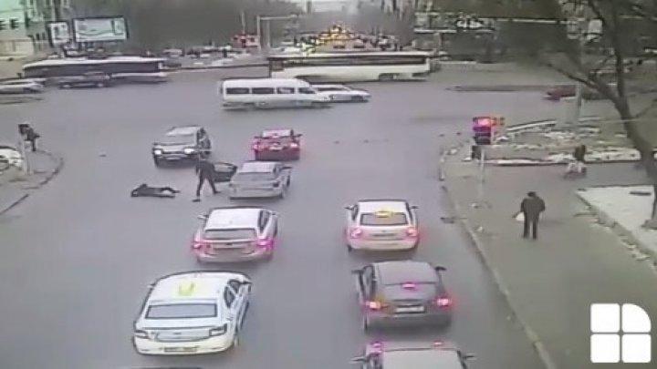 Atenție, imagini care vă pot afecta emoțional! Momentul în care un bătrân este bătut cu bestialitate într-o intersecție din Capitală (VIDEO)