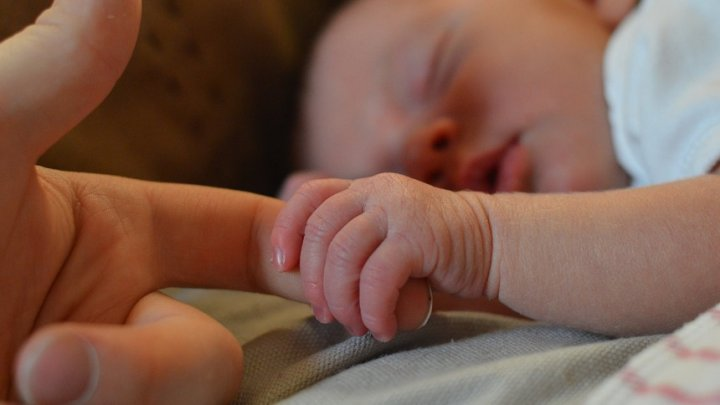 CAZ MEDICAL EXTREM DE RAR: O fetiţă s-a născut cu sora ei geamănă în propriul pântec. Doctorii, ULUIŢI