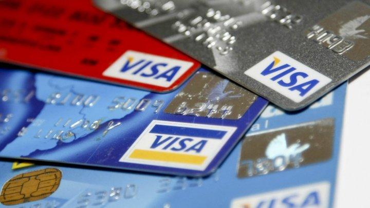 Trei tineri, reţinuţi după ce au furat jumătate de milion de lei de pe carduri bancare