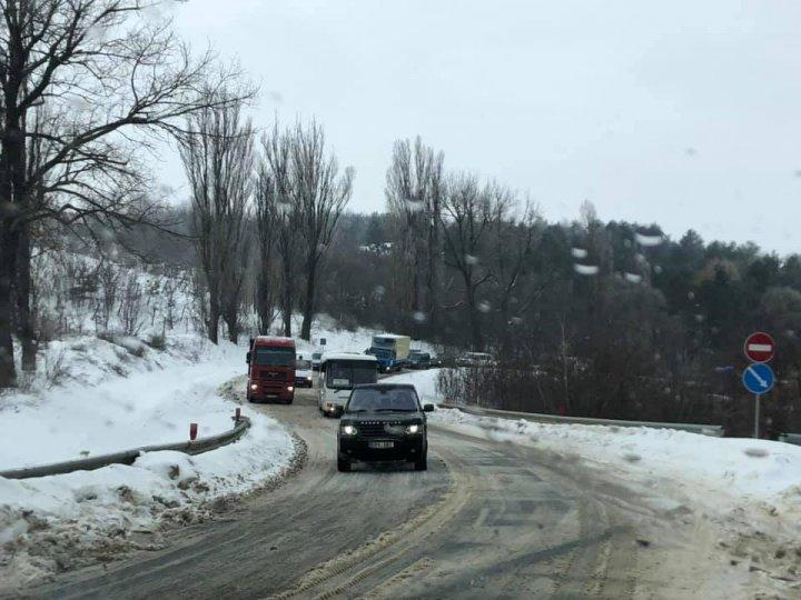 PERICOL DE EXPLOZIE. O cisternă cu combustibil s-a răsturnat pe şoseaua Chişinău-Hânceşti (FOTO)