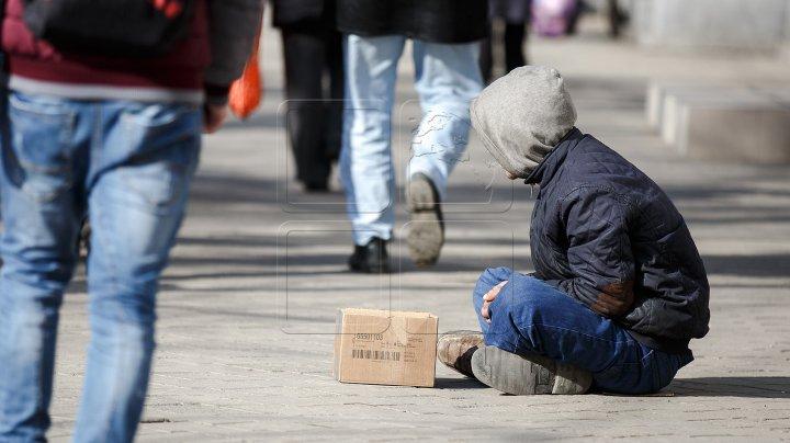 Pe străzile din Capitală s-a înmulţit numărul de cerşetori. Mamele îşi folosesc copiii pentru a câştiga sute de lei pe zi