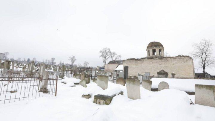 Autoritățile au început reabilitarea cimitirului evreiesc din Chișinău. Andrian Candu a mers la faţa locului (FOTO)