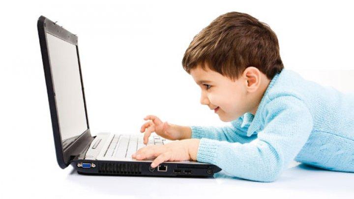 Motivul pentru care copiii sub trei ani nu trebuie expuși deloc ecranelor