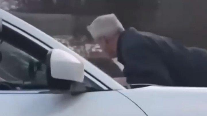 Bărbat dus 5 kilometri pe capota mașinii, cu o viteză de 110 km/h