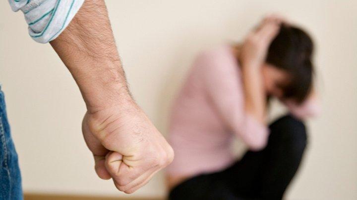 Şi-a lovit concubina până a leşinat. Un bărbat din Nisporeni, condamnat la şase ani şi cinci luni de închisoare