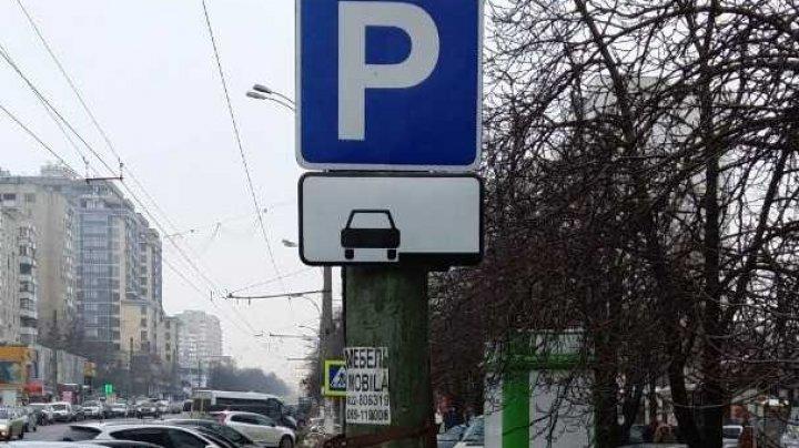 Parcare interzisă pe bulevardul Moscova. Primăria a instalat indicatoare rutiere noi care reglementează unde se poate parca (FOTO)