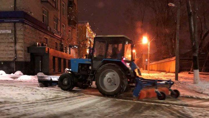 Drumarii au lucrat toată noaptea. Deszăpezirea Capitalei continuă