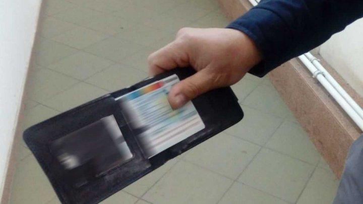Cu act de identitate FALS. Un tânăr va fi cercetat penal după ce a încercat să intre în ţară cu un buletin nedeclarat ascuns