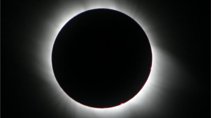 Eclipsa totală, ghinionistă: O maşină a fost înghiţită de apă