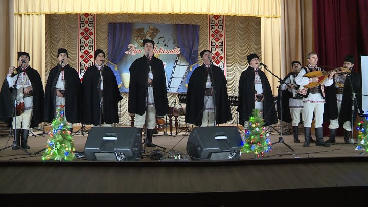 Tradiţii populare la Rezina. Zeci de colective artistice au participat la festivalul dedicat Zilei Naţionale a Culturii