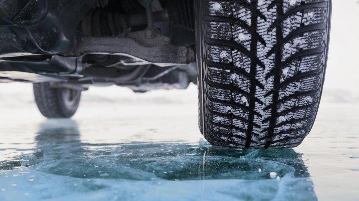 Prudență mare, drumuri de sticlă în țară. Cum echipezi și conduci corect mașina pe șosele de gheață