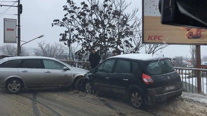 ACCIDENT din cauza poleiului în centrul Capitalei. Două mașini s-au lovit violent (FOTO)