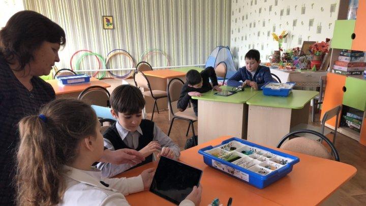 Bucurie pentru elevii unei şcoli din Făleşti. Aceştia au OPT calculatoare noi