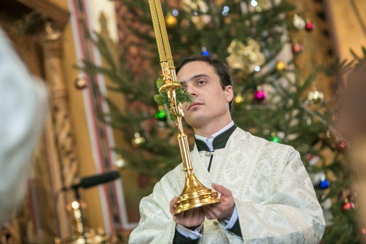 Slujbă de Crăciun la Mănăstirea Curchi. Enoriaşii s-au împărtăşit, iar copiii au primit daruri