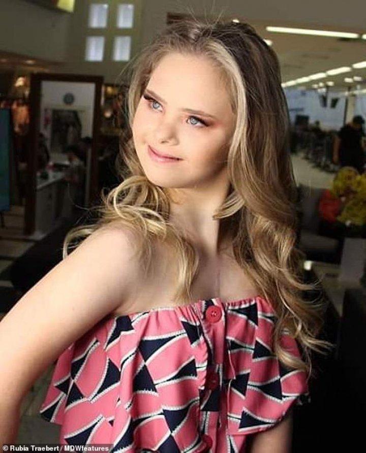 Un model adolescent, cu sindromul Down, ia CU ASALT internetul (Galerie FOTO)