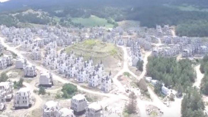 Incredibil de frumos. Un orășel abandonat este împânzit cu sute de castele parcă desprinse din fimele Disney (VIDEO)