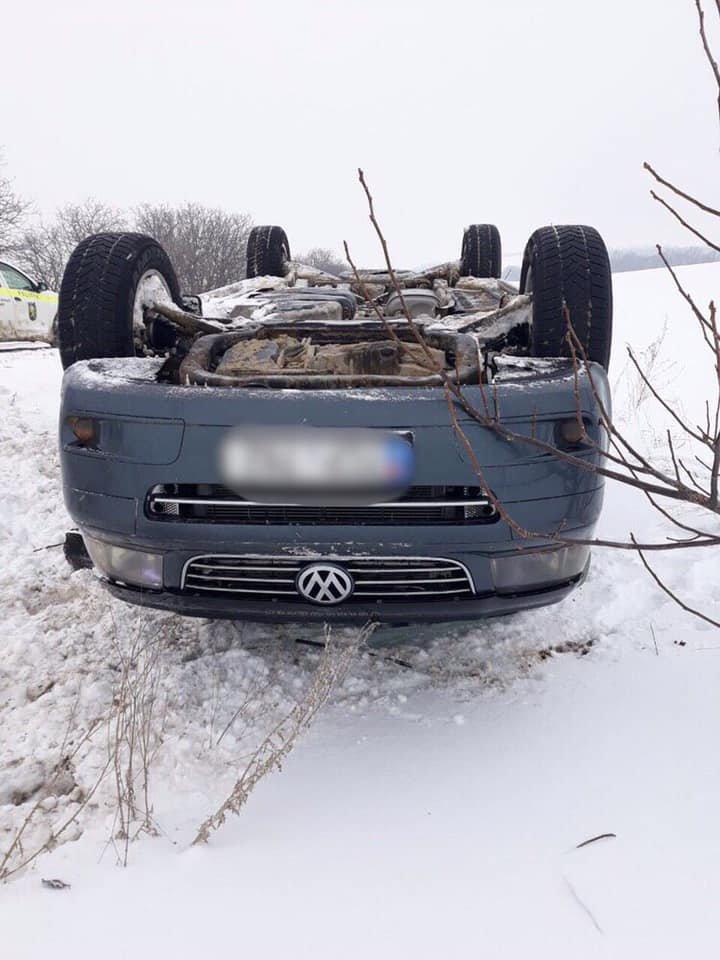 ACCIDENT pe şoseau Râbnița-Bălți. O maşină s-a răsturnat şi a ajuns în şanţ. Poliţia a intervenit de urgenţă (FOTO)