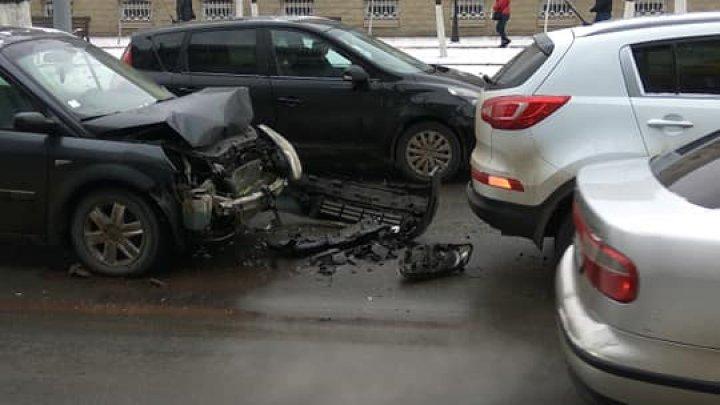 ACCIDENT în centrul Chişinăului. Două maşini s-au lovit violent. Un automobil, avariat grav (FOTO)