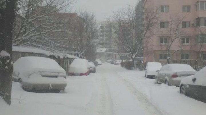 COD ROŞU de viscol şi ninsoare în România. Un microbuz de călători şi 20 de autovehicule, blocate în zăpadă