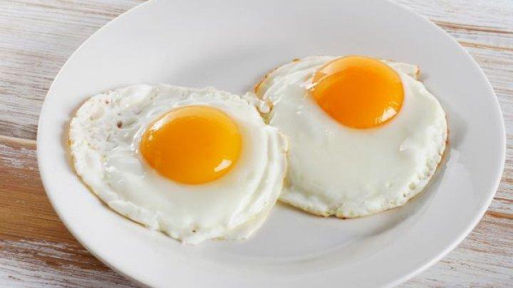 TE POŢI ÎMBOLNĂVI: Greşeala pe care toată lumea o face când prăjeşte ouă