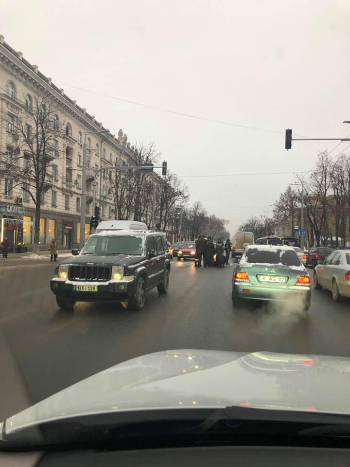 ACCIDENT matinal în centrul Capitalei. O femeie, LOVITĂ ÎN PLIN de o maşină chiar pe o trecere de pietoni (FOTO)