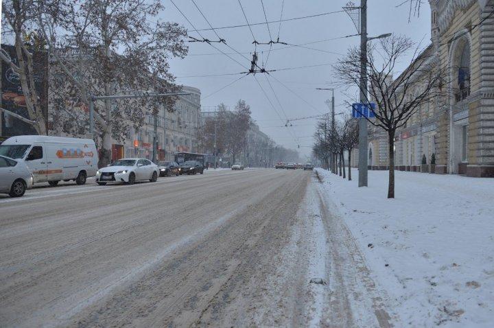 NINGE AMBUNDENT! Circulaţia pe opt străzi din Capitală, blocată. Şoferii, nevoiţi să stea ore întregi în ambuteiaj