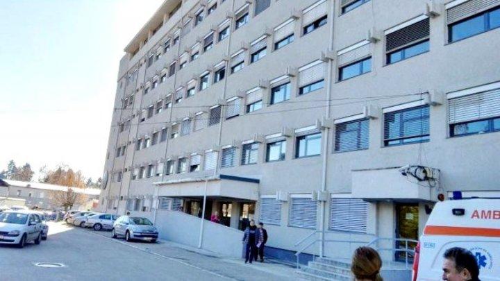 Au trăit şocul vieţii: Două femei s-au dus cu sicriul la spital să-şi ia mama moartă acasă, dar au găsit-o vie în salon