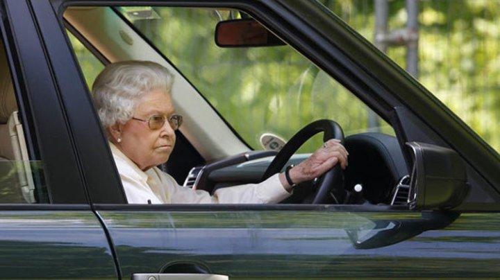 """""""NU!"""" măsurilor de siguranţă în timpul şofatului. Regina Elizabeth a II-a a condus FĂRĂ centură de siguranţă"""