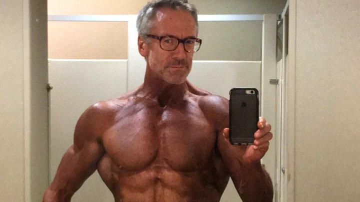 Arată IREZISTIBIL! Povestea bărbatului de 60 de ani care se simte mai sexy ca oricând (GALERIE FOTO)