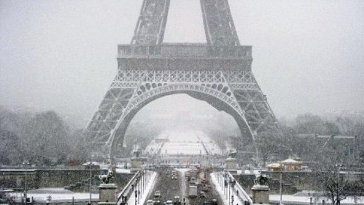 Haos în Paris. Școli închise și străzi blocate din cauza unui strat subțire de zăpadă (VIDEO)